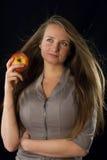 Mujer hermosa que sostiene la manzana foto de archivo
