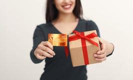 Mujer hermosa que sostiene la tarjeta de crédito y la caja de regalo fotos de archivo libres de regalías