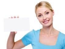 Mujer hermosa que sostiene la tarjeta de visita en blanco Fotos de archivo