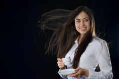 Mujer hermosa que sostiene la taza de café Fotos de archivo