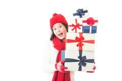 Mujer hermosa que sostiene los regalos de la Navidad felices y emocionados Foto de archivo libre de regalías