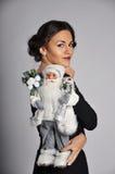 Mujer hermosa que sostiene Papá Noel fotos de archivo