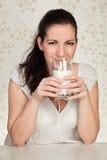 Mujer hermosa que sostiene un vidrio de una leche Foto de archivo libre de regalías