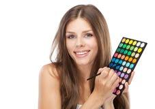 Mujer hermosa que sostiene una paleta del maquillaje Fotos de archivo