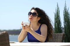 Mujer hermosa que sostiene una taza de café Imagen de archivo libre de regalías