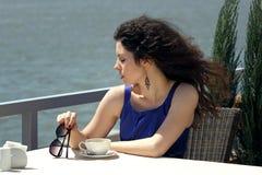 Mujer hermosa que sostiene una taza de café Fotografía de archivo libre de regalías