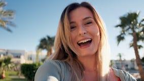 Mujer hermosa que tiene charla video usando el smartphone al aire libre que comparte aventura del viaje con los amigos Selfie de  almacen de video