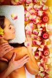 Mujer hermosa que tiene masaje. Imagen de archivo libre de regalías