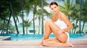 Mujer hermosa que toca sus caderas sobre la playa Imagen de archivo