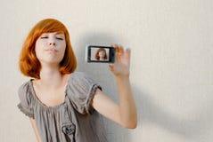 Mujer hermosa que toma el cuadro en el teléfono móvil Imagen de archivo