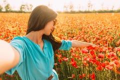 Mujer hermosa que toma el selfie en prado de la flor, pov fotos de archivo libres de regalías