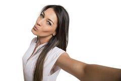 Mujer hermosa que toma la imagen del uno mismo con la cámara del smartphone Foto de archivo libre de regalías