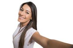 Mujer hermosa que toma la imagen del uno mismo con la cámara del smartphone Fotografía de archivo