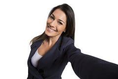 Mujer hermosa que toma la imagen del uno mismo con la cámara del smartphone Fotografía de archivo libre de regalías