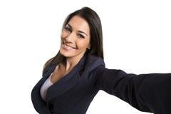 Mujer hermosa que toma la imagen del uno mismo con la cámara del smartphone Fotos de archivo libres de regalías