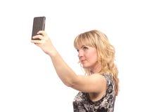 Mujer hermosa que toma la imagen del uno mismo con la cámara del smartphone Imágenes de archivo libres de regalías