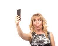 Mujer hermosa que toma la imagen del uno mismo con la cámara del smartphone Fotos de archivo