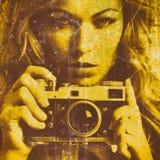 Mujer hermosa que toma las fotos con la cámara retra de la película Fotografía de archivo