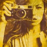 Mujer hermosa que toma las fotos con la cámara retra de la película Imagen de archivo
