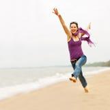 Mujer hermosa que toma un gran salto fotografía de archivo