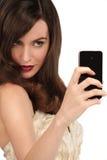 Mujer hermosa que toma un selfie con smartphone Fotos de archivo