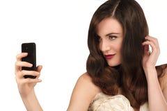 Mujer hermosa que toma un selfie con smartphone Imagenes de archivo