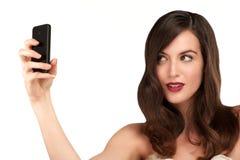 Mujer hermosa que toma un selfie con smartphone Foto de archivo libre de regalías