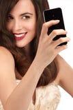 Mujer hermosa que toma un selfie con smartphone Fotos de archivo libres de regalías