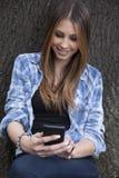 Mujer hermosa que toma una foto con su teléfono elegante Imagen de archivo