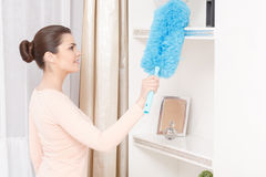 Mujer hermosa que trabaja con barrido de limpieza Fotografía de archivo