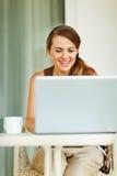 Mujer hermosa que trabaja en la computadora portátil Imagen de archivo libre de regalías