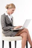 Mujer hermosa que trabaja en su computadora portátil Imagenes de archivo