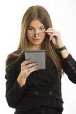 Mujer hermosa que usa al programa de lectura del ebook Fotos de archivo libres de regalías
