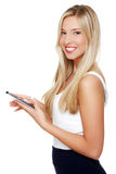Mujer hermosa que usa el ordenador de la tablilla   Imagen de archivo libre de regalías