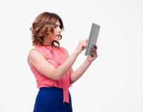 Mujer hermosa que usa el ordenador de la tablilla Fotos de archivo libres de regalías