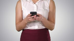 Mujer hermosa que usa las manos de las mujeres del tel?fono m?vil que mandan un SMS en el tel?fono elegante, Alpha Channel metrajes