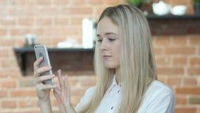 Mujer hermosa que usa Smartphone, interior, joven,