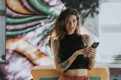Mujer hermosa que usa un teléfono imagen de archivo
