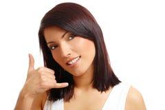 Mujer hermosa que visualiza la llamada yo gesto imagen de archivo