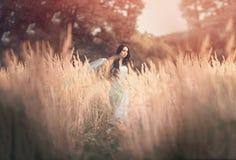 Mujer hermosa, romántica en cuento de hadas, ninfa de madera fotos de archivo libres de regalías