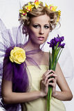 Mujer hermosa rubia con las flores fotografía de archivo libre de regalías