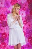 Mujer hermosa rubia en la bata blanca fotografía de archivo libre de regalías
