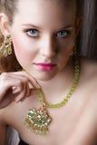 Mujer hermosa rubia en verde Fotos de archivo libres de regalías