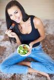 Mujer hermosa sana que come la ensalada fresca Imágenes de archivo libres de regalías