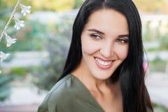 Mujer hermosa sonriente foto de archivo libre de regalías