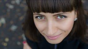 Mujer hermosa sonriente almacen de metraje de vídeo