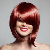 Mujer hermosa sonriente con el pelo corto rojo haircut hairstyle Foto de archivo libre de regalías