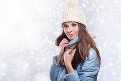 Mujer hermosa sonriente con el sombrero y la bufanda blancos Imágenes de archivo libres de regalías