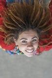 Mujer hermosa sonriente con los dreadlocks Imágenes de archivo libres de regalías