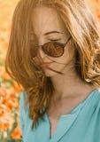 Mujer hermosa sonriente con los ojos cerrados imagen de archivo libre de regalías